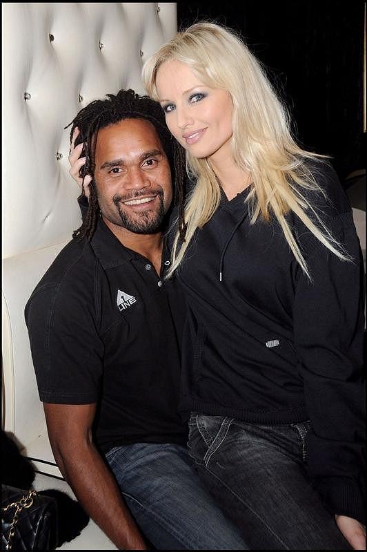 Adriana Sklenaříková s manželem Christianem Karembeu.