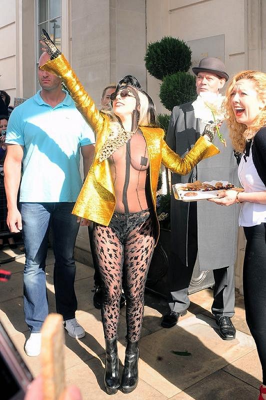 Lady Gaga zdravila fanoušky v dalším excentrickém modelu.
