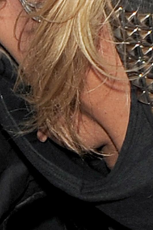 Další odhalený dekolt Kate Moss.