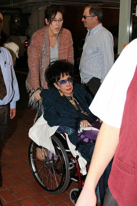 Elizabeth Taylorovou vozí její ošetřovatelka na pravidelné kontroly do nemocnice v Los Angeles.