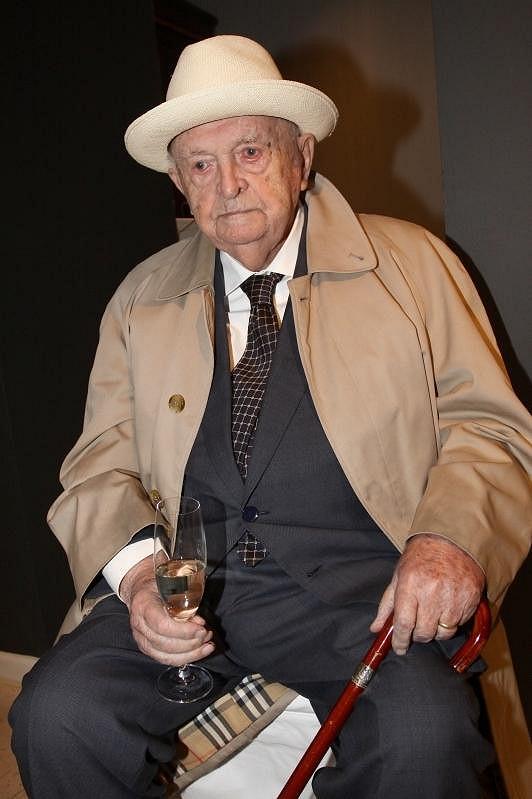 Stoletý režisér Otakar Vávra se chopil sklenky se sektem.
