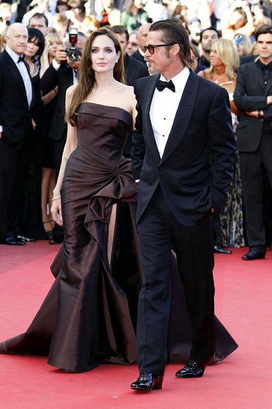 Brad Pitt má již prošedivělé vousy, ale stále je to velký fešák.