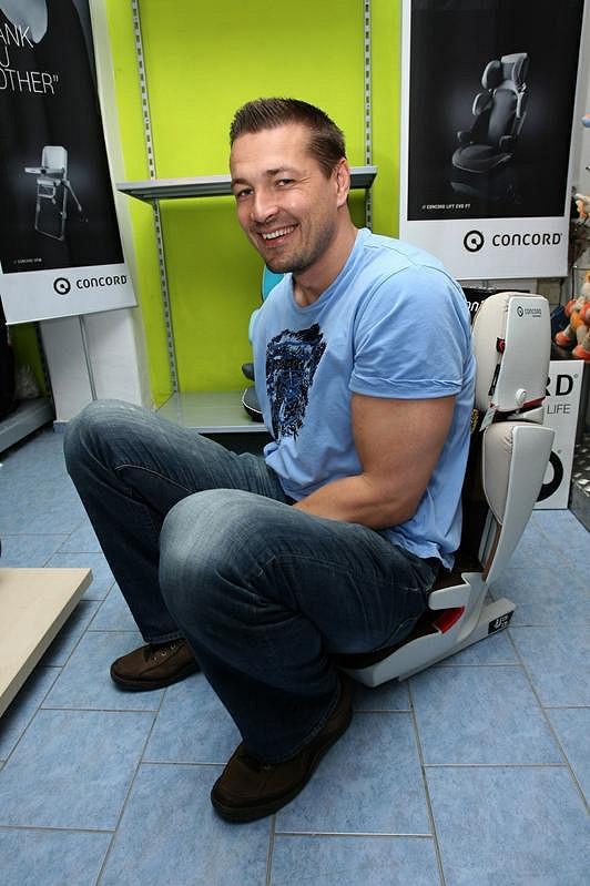 Autosedačku si vyzkoušel i tatínek Petr Jákl.