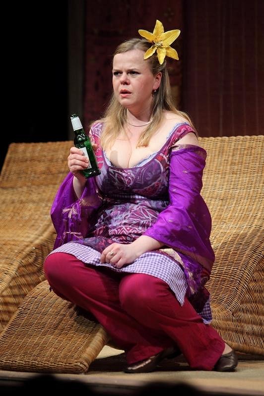 Kostým Sabiny Remundové má velmi odvážný dekolt.