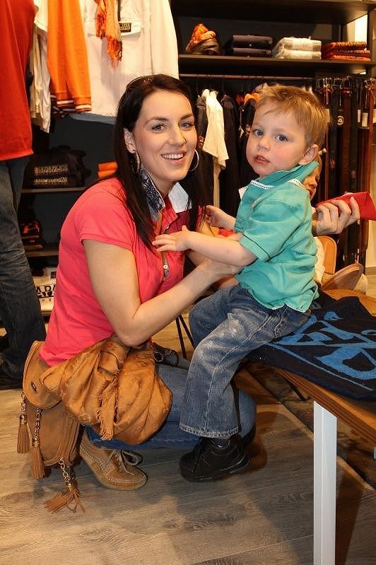 Lucie na nákupech se synem Robertem.