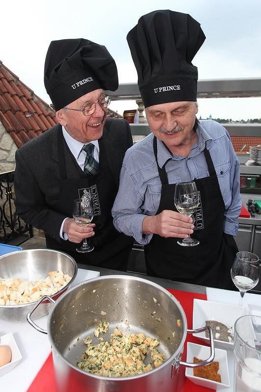 Petr Kostka a Pavel Soukup na kurzu vaření.