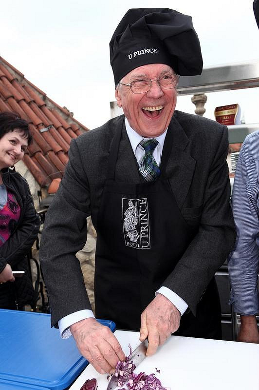 Petr Kostka na lekci vaření.