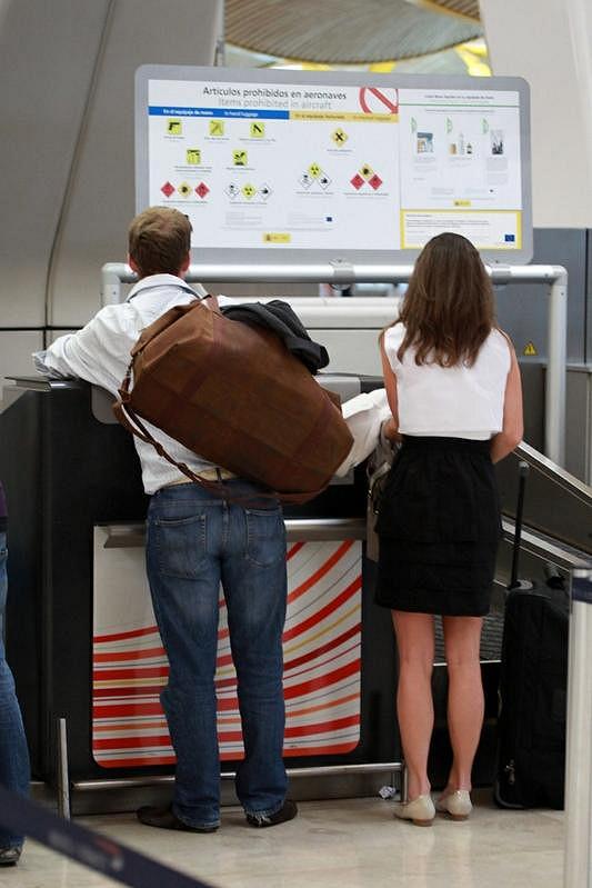 Dvojice společně při odbavování na madridském letišti.
