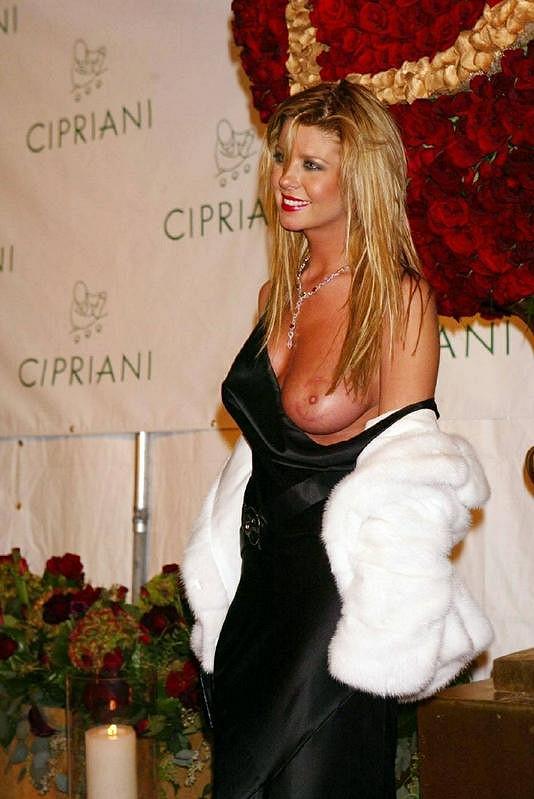 Pořádný trapas se stal herečce Taře Reid v roce 2004 na oslavě narozenin rappera Seana P. Diddyho. Na kompletně odhalené poprsí ji až po několika vteřinách upozornil asistent.