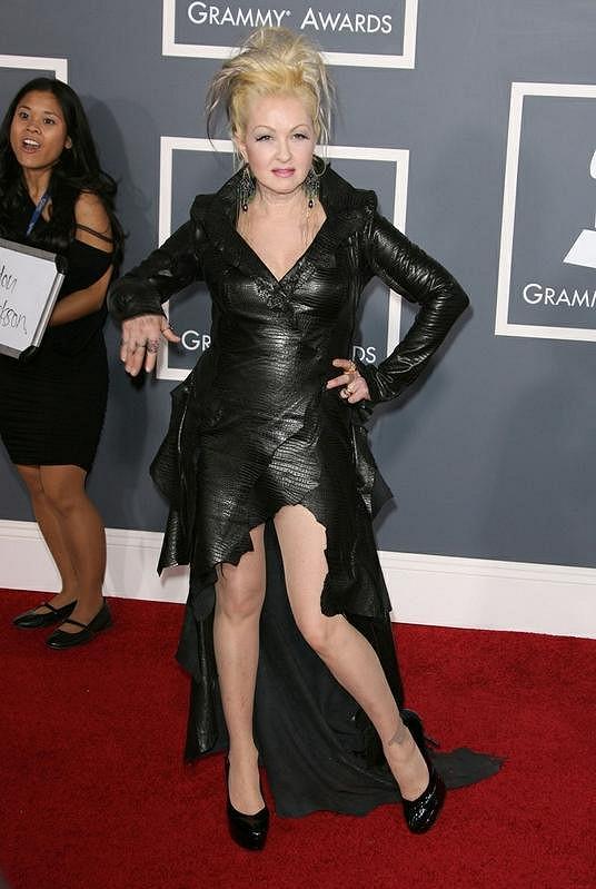 Sedmapadesátiletá Cyndi Lauper se rockerské černé kůže jen tak nevzdá.