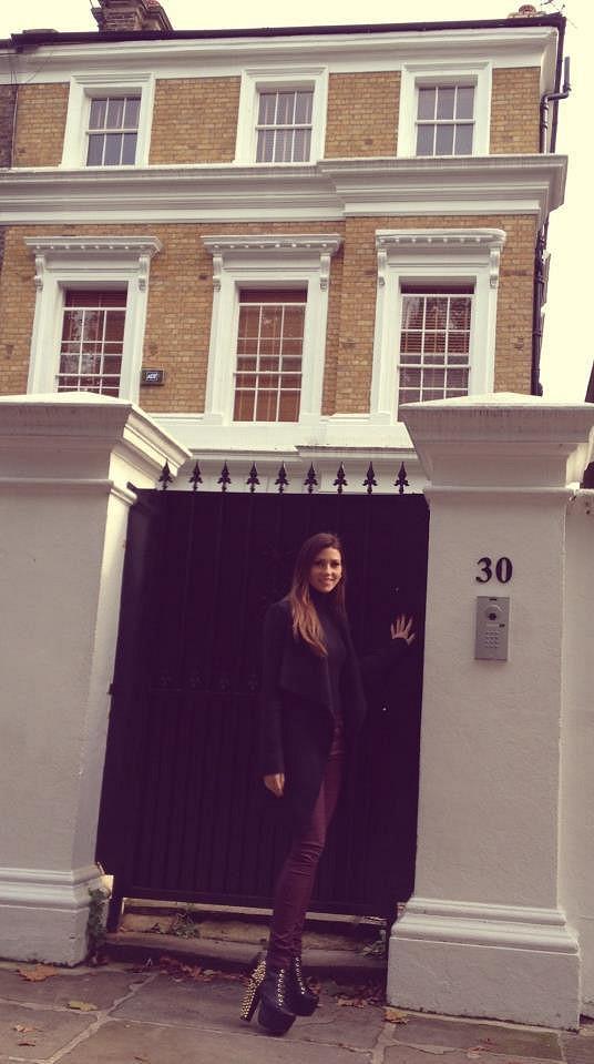 Tereza Kerndlová před domem Amy Winehouse v Londýně.