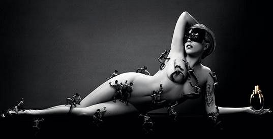 Zpěvačka takto propaguje svůj parfém Fame.