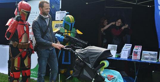 Lukáš Langmajer se synem ve sportovním kočárku.
