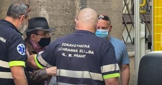 Jaroslav Uhlíř je v pořádku. Zdravotníci ho odvezli na vyšetření do nemocnice.