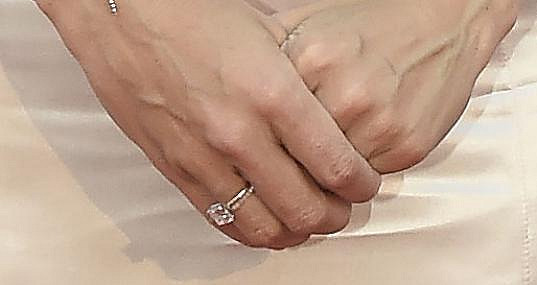 Lilia se pochlubila zásnubním prstenem.
