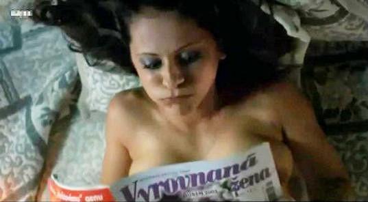 Laďka Něrgešová si ve filmu Román pro ženy zahrála dívku Ingrid, která nesnáší muže. Ukázala přitom ňadra...
