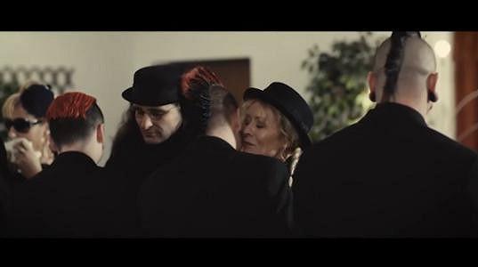 Vilma Cibulková a Pavel Jakub Ryba (v klobouku) v klipu kapely Rybičky 48