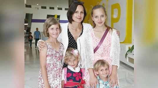 A tady je se všemi čtyřmi dětmi (archivní foto)