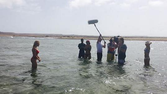 Při natáčení v plavkách - Eva vlevo, Martina úplně vpravo.