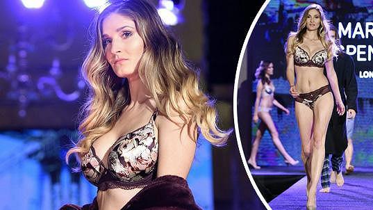Modelka předváděla i krátce po porodu. Je vidět, že v té době ještě kojila.