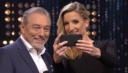 Adela si hned udělala selfie s Mistrem.