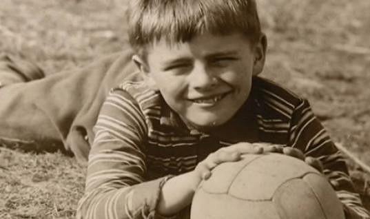Roman Štolpa s fotbalovým míčem.