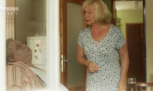 Jiřina (Jana Paulová) našla manžela Straku (Norbert Lichý) mrtvého.