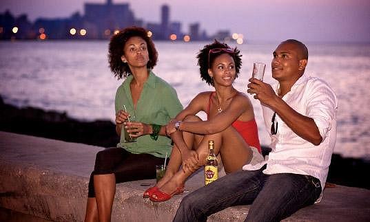 Svůdné tanečnice z Kuby a energetičtí tanečníci Vás za doprovodu barmanské show přenesou do ulic Havany. Originální stylový kabriolet Buick, kterého najdete v ulicích Havany všude, dech beroucí těla tanečnic a tanečníků, stylová zábava, podkreslená lahodným drinkem, namíchaným z rumu Havana Club, to jsou přesně ty ingredience, které z obyčejné noci vytvoří zážitek, o kterém budete bez přestání mluvit a který budete chtít prožít znovu a znovu.