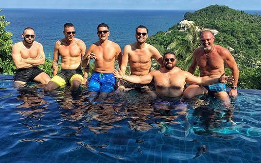 Leoš Mareš si užívá na dovolené s přáteli...