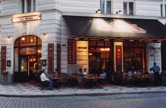 Kolem této restaurace v pondělí v podvečer Ornella pobíhala, aby zahlédla, s kým to její milý večeří.