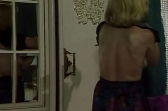 Dana Batulková ukázala ňadra v odrazu zrcadla.