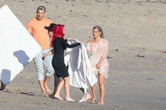 Kim Kardashian pracovala na pláži v Malibu.