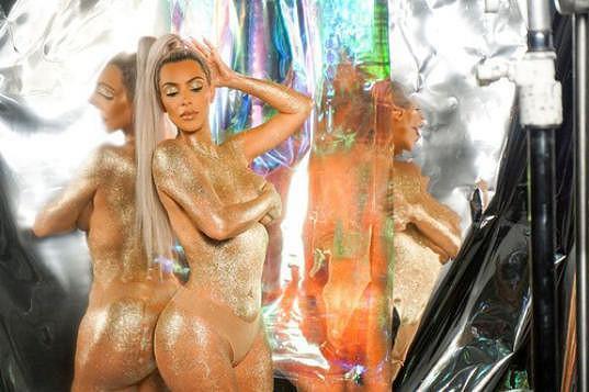 Je sama sobě modelkou, svůdně pózuje i v kampaních vlastní kosmetické značky.