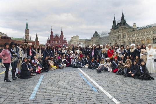 Skupina Miss Universe na Rudém náměstí