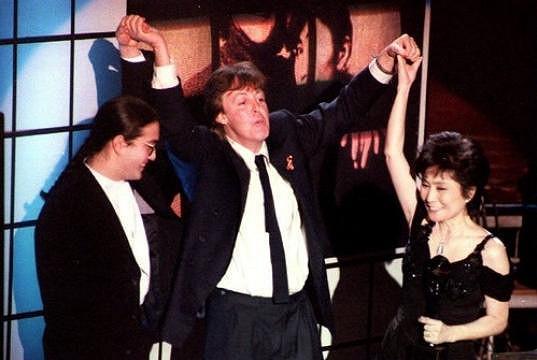 Paul McCartney na archivním snímku s Yoko Ono a Johnem Lennonem.