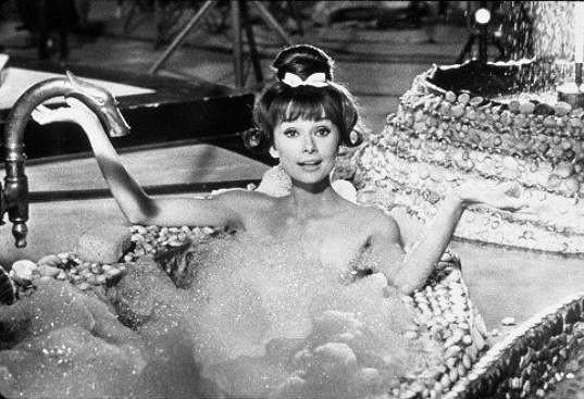 Herečka z nejpůvabnějších, Audrey Hepburn, se odhalila ve filmu Paříž v letním parnu (1964).