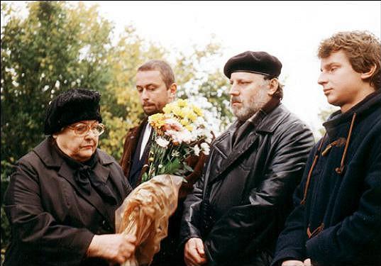 Eva Tauchenová, Marek Daniel, Cyril Drozda a Zdeněk Raušer ve filmu Divoké včely (2001), který jasně odkazoval k filmům Formana a Passera ze šedesátých let.