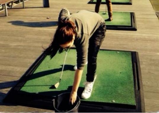 Ewa Farna hraje golf.