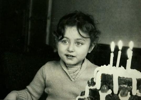 Z této dívenky vyrostla úspěšná spisovatelka a scenáristka.