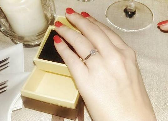Tímto prstenem ji požádal o ruku.