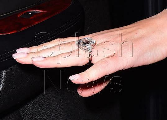 Zpěvačka dostala prsten s 35karátovým diamantem.