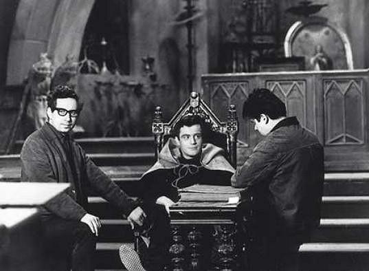 Jan Tříska (uprostřed) v seriálu Záhada hlavolamu (1969)