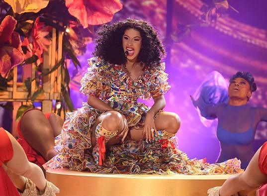 Nohy při vystoupeních přitom roztahuje i sama Cardi, na snímku.