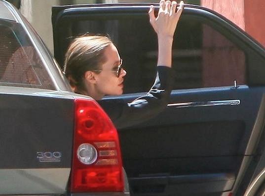 Angelina Jolie a její kostnaté zápěstí.