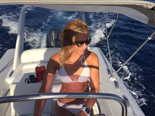 Ester Ledecká v bikinách na motorovém člunu