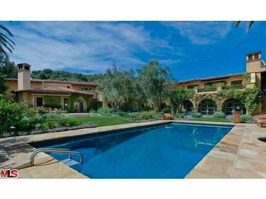 Pohled na zpěvaččinu rezidenci a bazén se slanou vodou zvenčí.