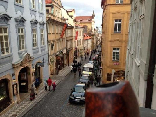Roman Šmucler má z nového bytu krásný výhled na Malou Stranu.