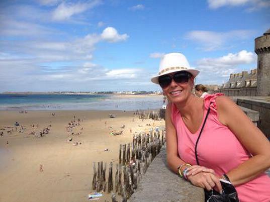 Lucie sleduje odliv v městečku Saint-Malo.