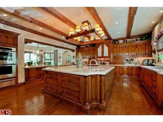 Celá obrovská kuchyň je ve dřevě.