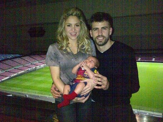 Pyšní rodiče Shakira a Gerard Piqué se synem Milanem.